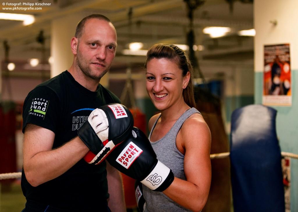 Sandra Atanassow mit ihrem Trainer Torsten Müller in der Boxhalle des Boxring Atlas Leipzig (Fotograf: Philipp Kirschner, www.pkfotografie.com)